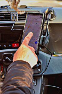 Garder les yeux sur la route grâce au support téléphone en voiture